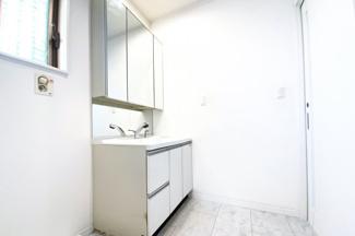 ワイドな洗面化粧台は収納たっぷり!三面鏡の裏側も収納になっているので小物がたくさん収納できてすっきり片付けられます。
