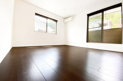 《洋室約8.5帖》広々とした洋室、南側にバルコニーのあるお部屋です。2面採光で明るい室内でうs。