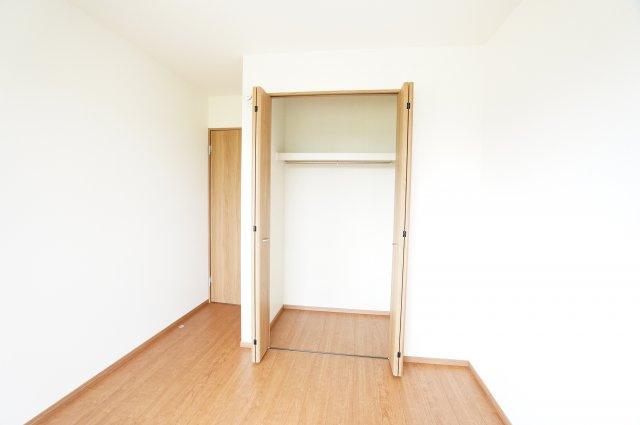 2階6帖 パイプハンガーや収納棚があり、シーズンを気にせず収納できるので使い勝手がいいです。