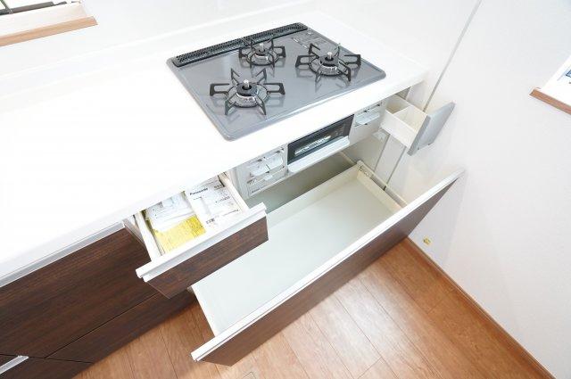 【同仕様施工例】アイロンがけや洗濯物の片付けなど、家事のスペースとしても使いやすいですね。