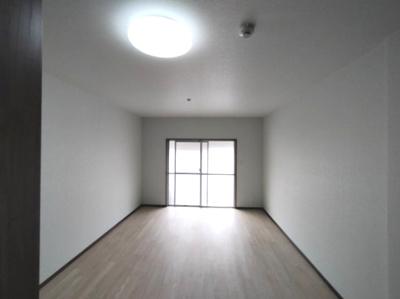 洋室(約12帖)です。 東向きバルコニーに面したお部屋です。朝日が入り気持ち良く目覚める事ができそうですね♪