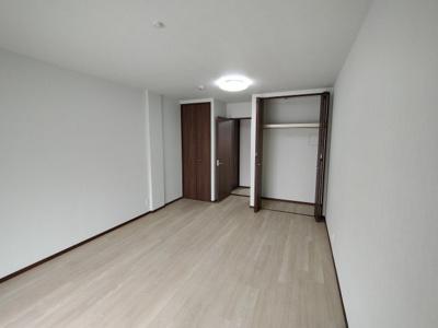 別角度の洋室(約12帖)です。 こちらのお部屋にはクローゼットが2戸あり季節ごとで使い分けるのも良いですね♪