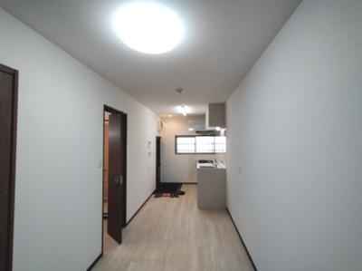 LDK(約9.5帖)です。。 西向きの採光が入る明るいお部屋です