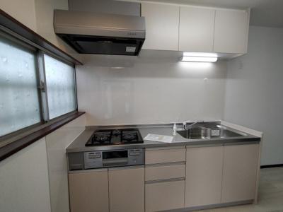 新調し立てのシステムキッチンでピカピカです♪窓があり採光と通風が取りこめますね♪