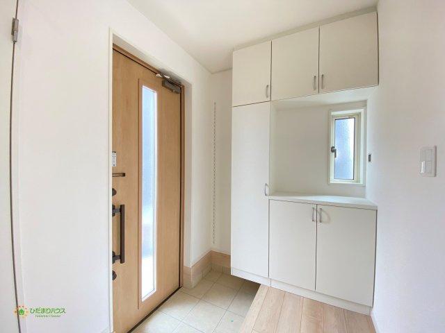毎朝家族を送り出す玄関は、小窓で明るい空間です♪