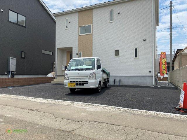 駐車スペースは並列4台分ご用意しております。