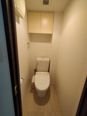 白を基調とした清潔感のあるトイレです。 トイレは新調していますので、気持ち良くご利用いただく事ができますよ♪