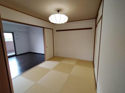 和室(6.0帖)です。 畳はモダンな琉球畳風の物んい交換していて素敵な和室になりました♪LDKと隣接しているので、間仕切りを開き繋げて広くご利用いただく事も可能です。