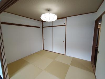 和室(6.0帖) 客間にもなり、足を伸ばしてくつろげる、ホっと和む和室があると嬉しいですね♪ 布団の収納にも便利な押入収納もあります。
