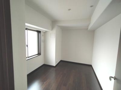 洋室(5.0帖)です。 北向の窓があるお部屋です。窓の外はサービスバルコニーがあり室外機を置く事ができます。