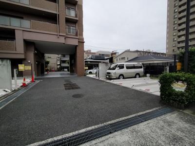 マンション敷地内にある駐車場です。