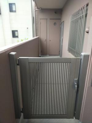 玄関ポーチがございます。 ポーチ内にはトランクルームもあり、便利ですよ♪