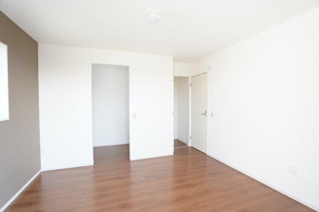 【同仕様施工例】アクセントクロスが印象的な寝室です。
