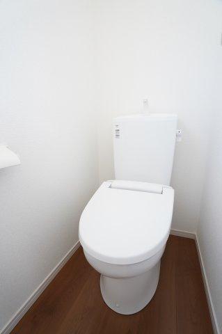 【同仕様施工例】シャワー付洗面化粧台 三面鏡の収納で歯ブラシや化粧品などすっきり片付けられます。