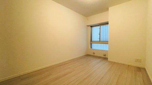 玄関横の約6帖のお部屋になります。対面にはクローゼットも完備されております。