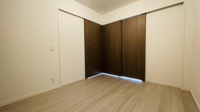 こちらはリビング横の5帖ほどの洋室です。扉をあけてLDKと一体化しても使えます♪クローゼットも完備◎