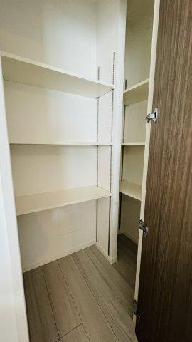 キッチン奥には収納棚もありストック品を入れたりミキサーや調理器具を入れたり勝手が良いです!