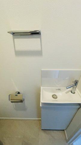 トイレには手洗いカウンター付き