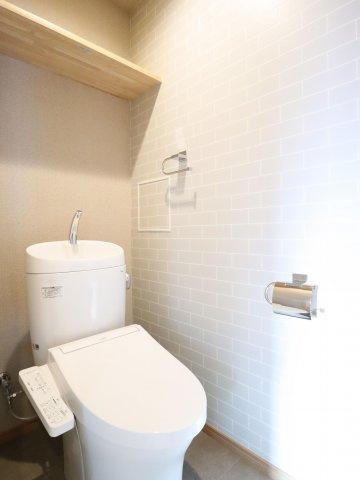 冬は便座も温水も温かく快適なシャワー付トイレ。上部には収納棚を設置◎