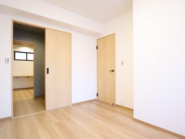 5.7帖の洋室は、大容量のウォークインクローゼットにつながっています。実際にお住まいされる多くのご家庭に喜ばれる設計です♪