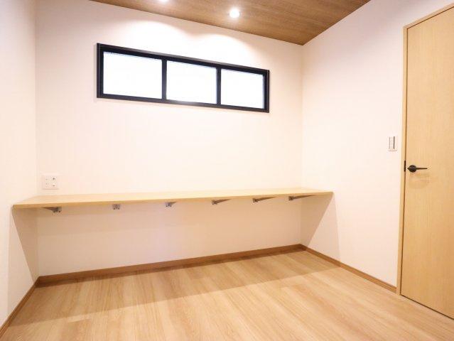 4.5帖あるたっぷりとしたスペースの納戸。ちょうどよい高さに棚が取り付けてあるので、仕事部屋として使うこともできそうですね