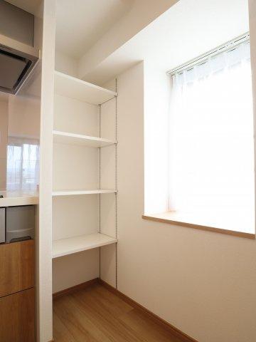 キッチン横にはパントリーが備え付けられているので、キッチン家電や普段使わない食器も効率よく配置できます