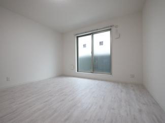 白を基調とした明るいお部屋です