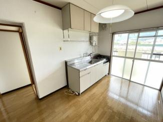 すぐ隣に掃き出し窓がある明るいダイニングキッチン