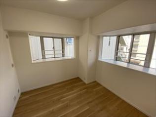 洋室(4.4帖)です。 角部屋につき北と西の2面採光と通風が入るお部屋です。窓は出窓になっており、採光を広くとる事ができますね棚としても便利!!