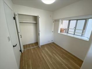 洋室(4.4帖)です。 こちらのお部屋にはクローゼット収納がございます。