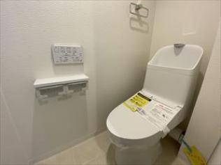 トイレ:ウォシュレット一体型トイレを新調しています。 壁付けリモコンですと、掃除もし易く清潔にご利用いただけますね♪