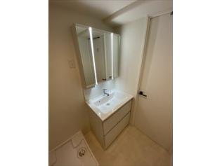 洗面化粧台:新調し立ての伝綿化粧台は鏡が3面鏡やしゅうのうになっており、こまごました化粧品などもすっきり収納する事ができます。