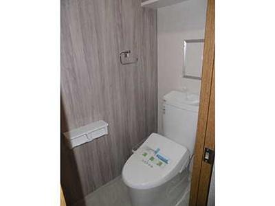 【ツインペーパーホルダー付】  衛生面で特に気になる水周りに関しては キレイにリフォームが成されています。 トイレの温水洗浄便座付き便器も 新規交換されており、快適にご利用頂けます。