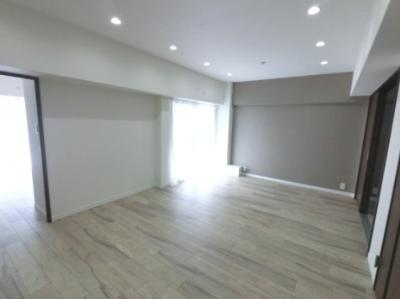 キッチン側をダイニング、居室がある側をリビングとして、左右で振り分けて利用しやすいです♪ DENスペースが隣接しておりワークスペース・子供部屋としても◎