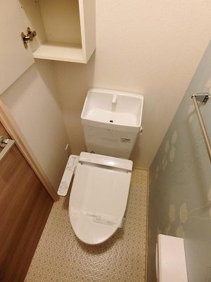 人気のシャワートイレ・バストイレ別!横にはタオルを掛けられるハンガーもあります♪壁紙はオシャレなデザインクロス☆