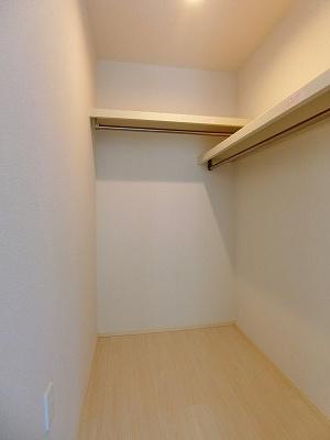 洋室6.3帖のお部屋にあるウォークインクローゼットです♪たっぷり収納できてお洋服や荷物が多くてもお部屋すっきり☆