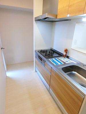 3口ガスコンロ/グリル付きシステムキッチンです☆窓があるので換気もOK♪場所を取るお鍋やお皿もたっぷり収納できてお料理がはかどります!床下収納も完備◎