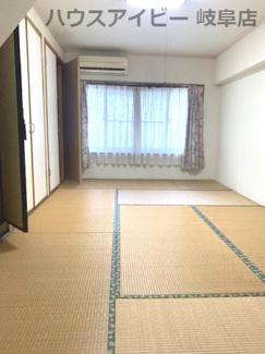 ダイニングからつながる中二階の和室です【JR岐阜駅まで徒歩13分!地下室・駐車場有二世帯戸建て♪】