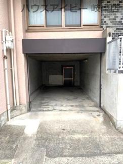 インナーガレージとその奥に地下物置があります!JR岐阜駅まで徒歩13分!地下室・駐車場有二世帯戸建て♪