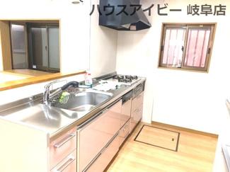 1階のキッチンです(3階にもあり)JR岐阜駅まで徒歩13分!地下室・駐車場有二世帯戸建て♪
