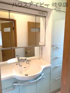 ゆったりとスペースのある洗面所♪JR岐阜駅まで徒歩13分!地下室・駐車場有二世帯戸建て♪