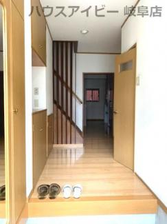 きれいな玄関です♪JR岐阜駅まで徒歩13分!地下室・駐車場有二世帯戸建て♪