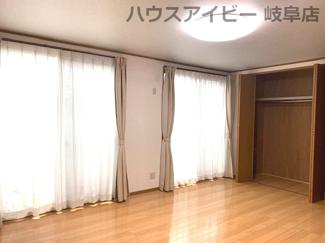 JR岐阜駅まで徒歩13分!地下室・駐車場有二世帯戸建て♪個人の部屋や寝室として使える洋室です
