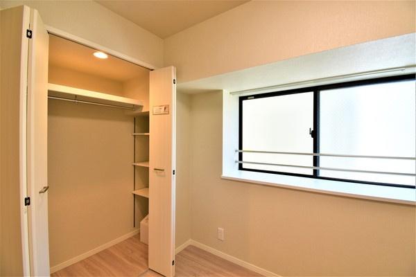 窓があり明るいお部屋となっております。 収納もしっかりとあり、お荷物もスッキリです!