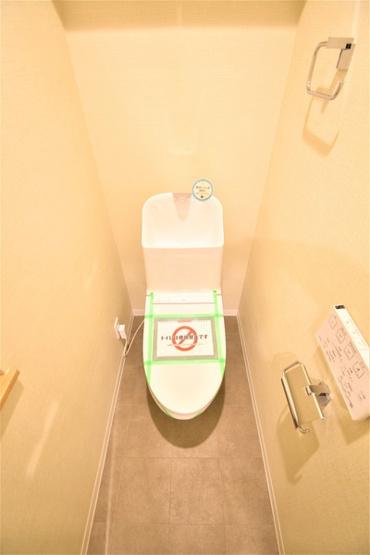 清潔感のある内装のすっきりとしたデザインのトイレです。 水周りが綺麗だと安心ですね♪