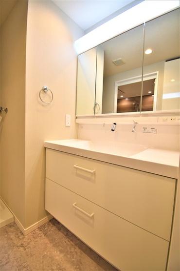 三面鏡付き洗面化粧台です。 収納もしっかりとあります!