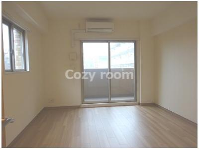 角部屋で2面採光で明るい洋室です。