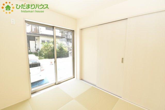 リビングと隣り合わせにある和室は合わせて22帖。扉を閉めれば、来客用の部屋として使えます。