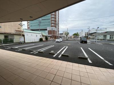 店舗前共用駐車場です。