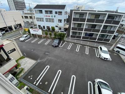 店舗裏共用駐車場です。